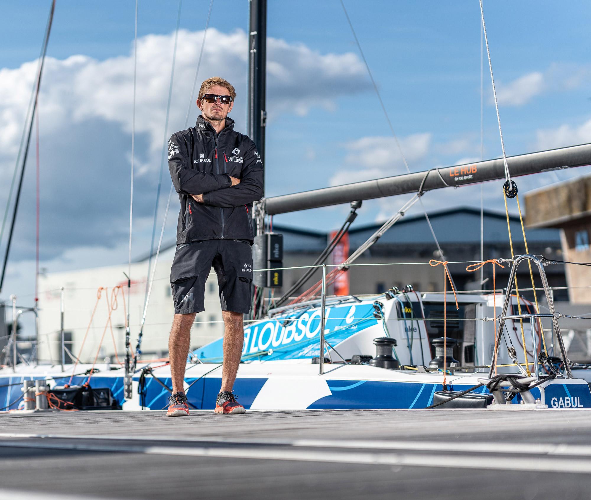Fabien Delahaye à quai devant le voilier Laboratoires Gilbert